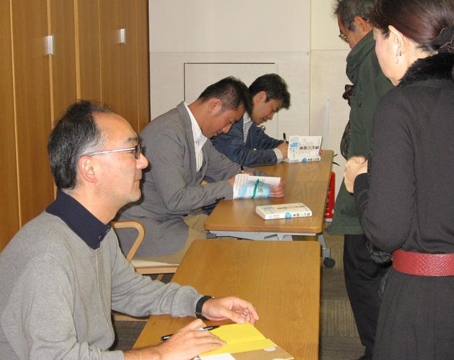 「アジア主義―その先の近代へ」著書サイン会の様子